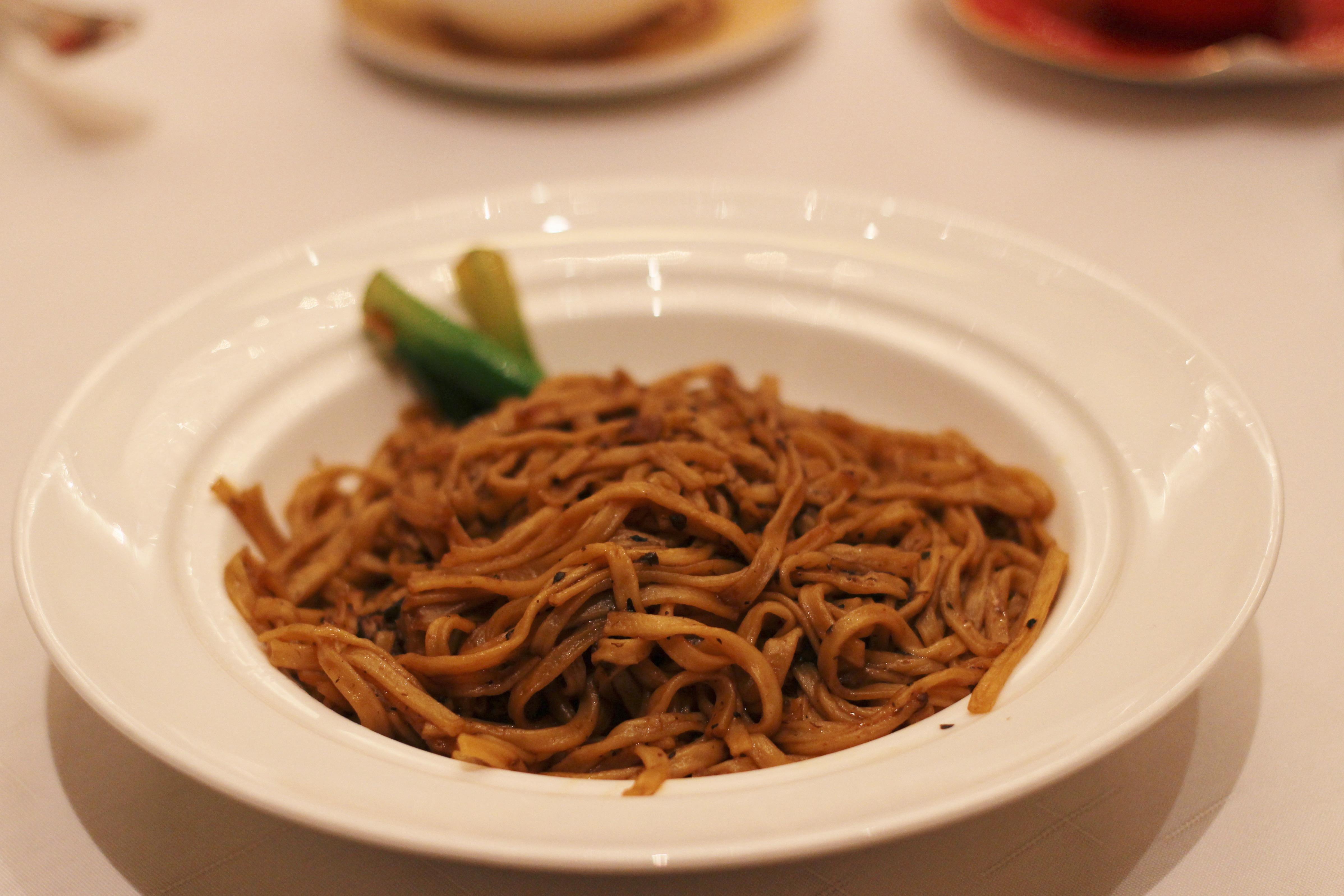 【香港・香宮】黒トリュフオイルときのこ入りきし麺風煮込みそば